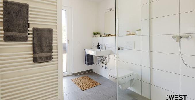 Modernes Duschbad (Musterwohnung)