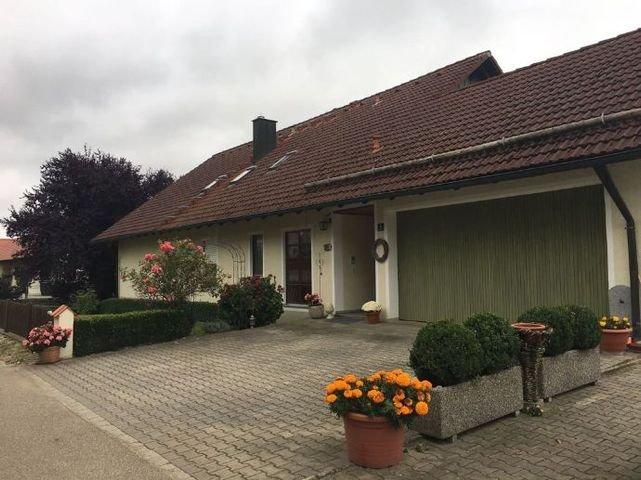 Strassenansicht + Garage