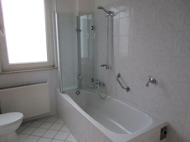 Neuwertiges Bad mit Wanne und Fenster