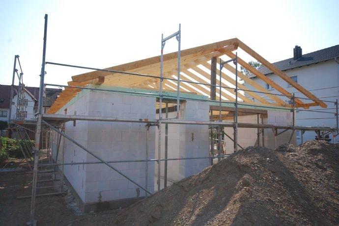 Westsicht in Bau befindlicher Bungalow in Michelau