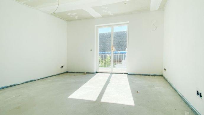 Der Wohn-/ und Essbereich mit der offenen Küche