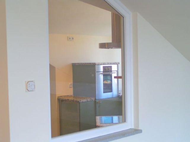 Blick von Wohnessbereich in Küche