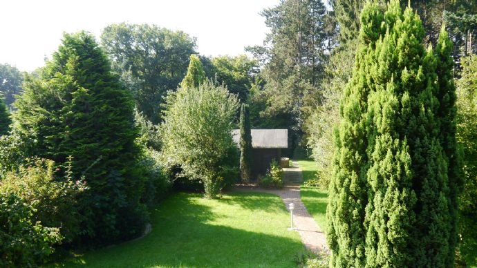 mit Gartenhaus und eigenem Wald