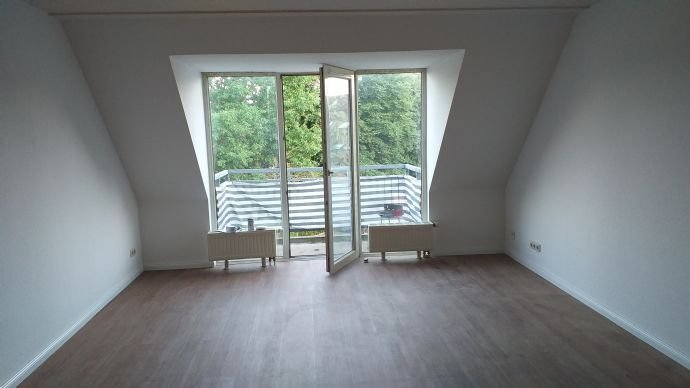 Wohnzimmer mit Zutritt zum Balkon