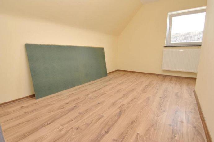 …helles Zimmer im Dachgeschoss