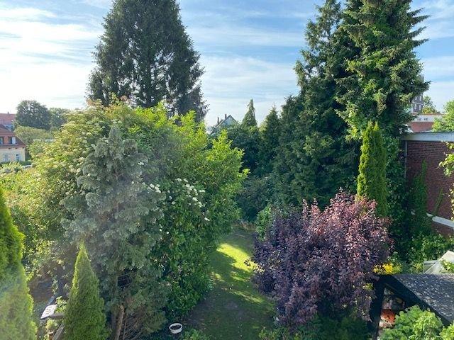 Blick vom Wohnzimmerbalkon in den Garten
