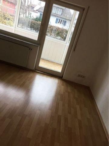 Zimmer mit Zugang zum verglasten Balkon