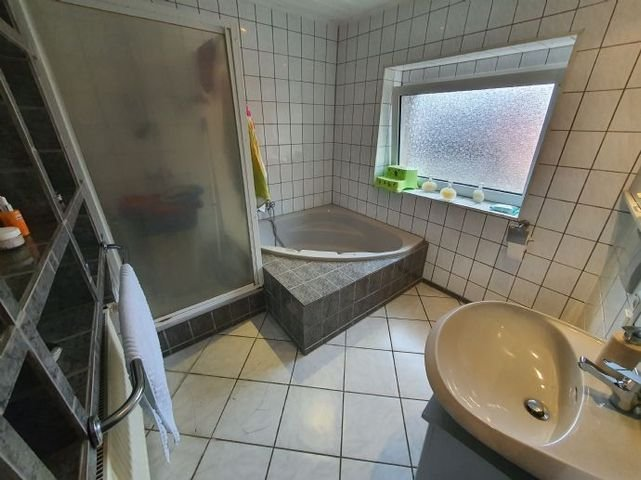 Badezimmer, separate Dusche & Eckbadewanne (OG)