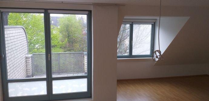 Wohnzimmer mit Blick auf den Balkon
