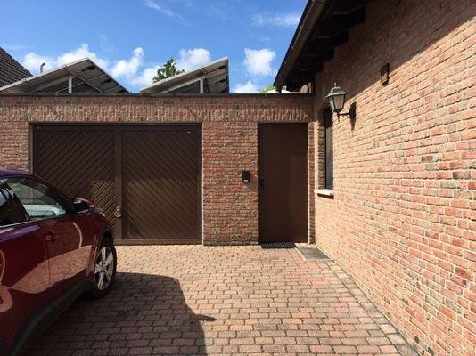 Seitenansicht mit Garage