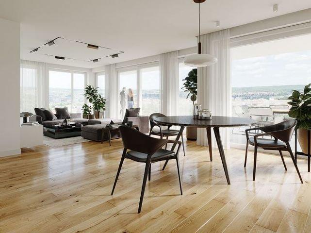 Wohnzimmer mit Ausblick auf die Stadt