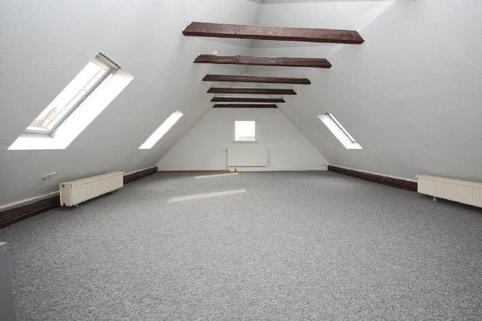 …Großes und lichtdurchflutetes Dachgeschoss