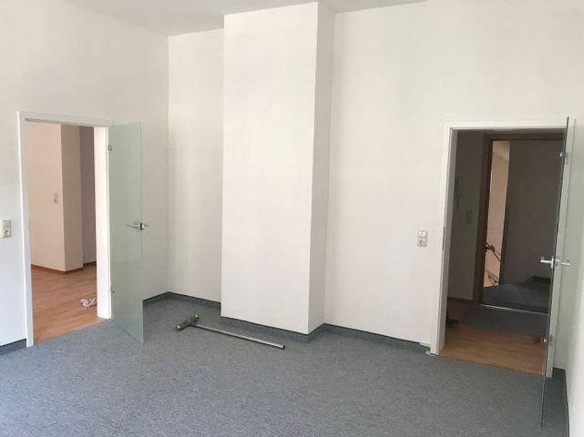 Wohnzimmer mit Tür zum Esszimmer (2)
