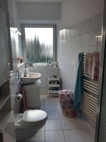 Bad mit Fenster und Handtuchheizung
