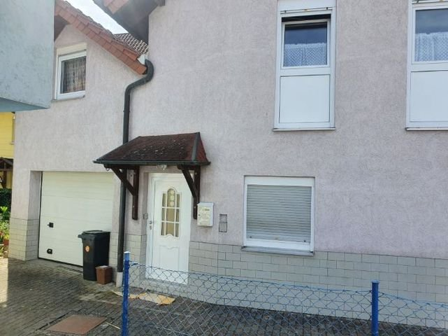 Hauseingang und Garage