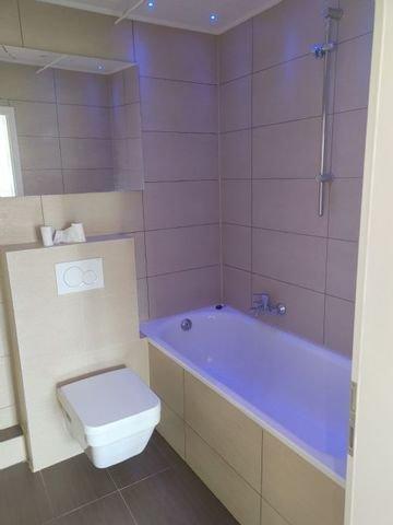Badezimmer mit Wanne und Fenster