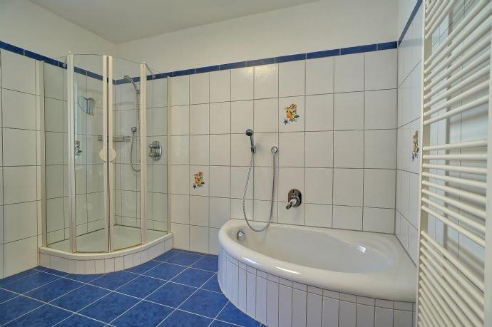 Tageslichtbad mit Duschkabine und Wanne