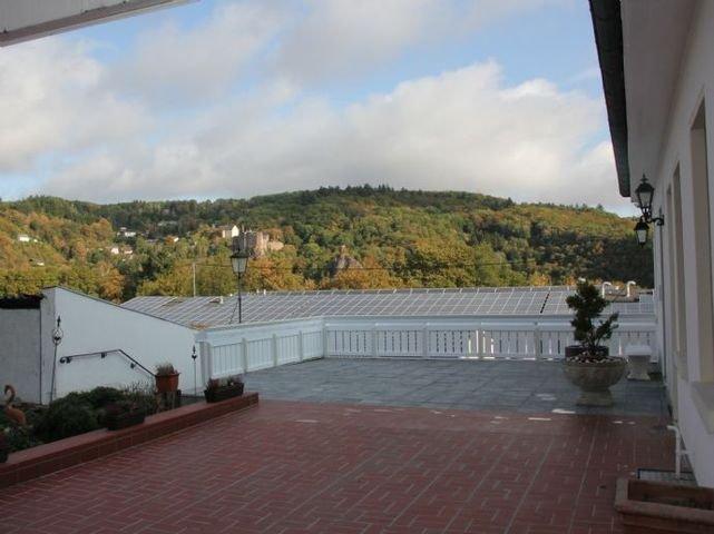 Fernblick von Terrasse auf Schloss Oberstein