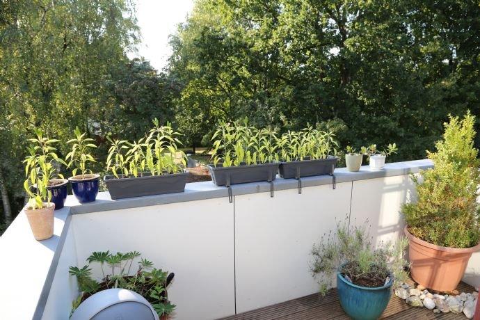 Balkon mit dem Holzboden