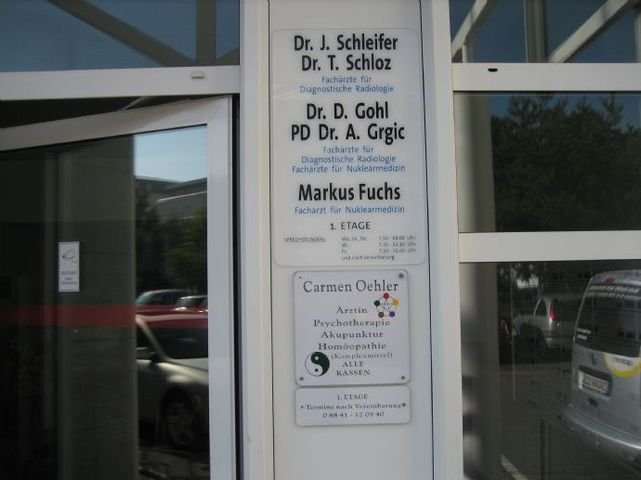 In direkter Nachbarschaft mehrerer Arztpraxen.