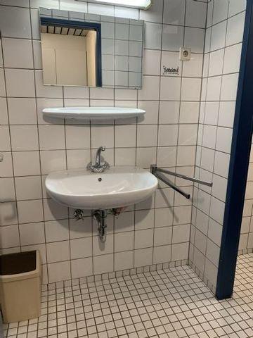 Beide WCs haben Vorräume mit Waschbecken