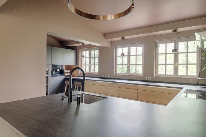 Offene Wohnküche mit erlesener Ausstattung