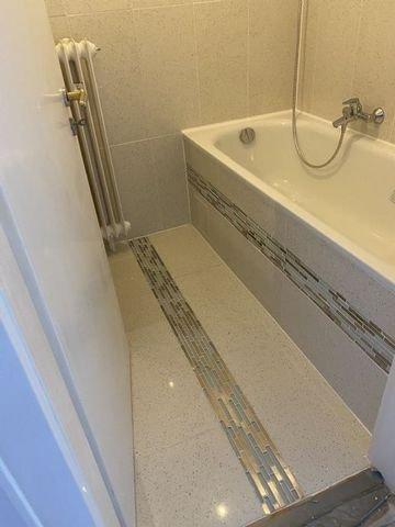 Bild 18 Bad mit neuer Badewanne und Dekorfliesen