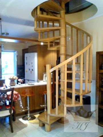 Innenliegende gewendelte Holztreppe