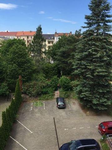 Hof mit Parkplatz und Blick ins Grüne