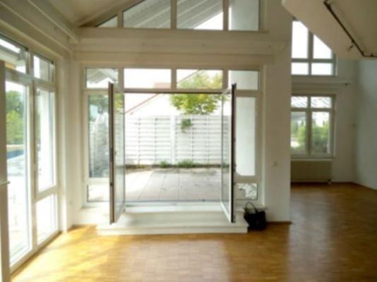 Giebelfenster mit Ausgang zur Terrasse auf Ebene 1