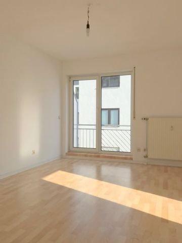 Wohn-/ Schlafzimmer mit Zugang zum Balkon