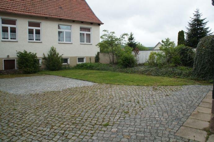 Teilbereich / Parkfläche und Garten