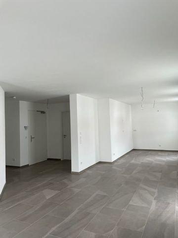 offener Wohn-Ess-Küchenbereich mit Eingang