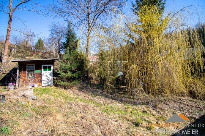 Garten mit Bachlauf neben der Scheune