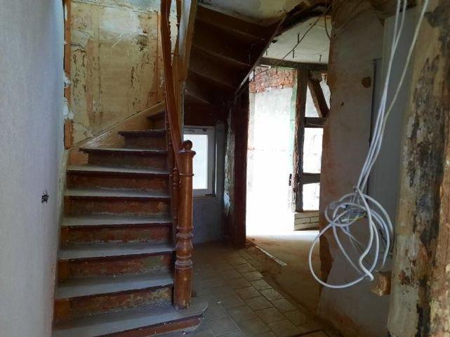 Hausmitte mit Treppe ins OG