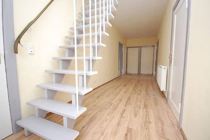 …Diele mit neuwertiger Treppe