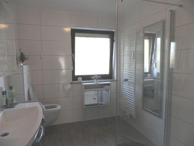 Bild 13 Bad mit Dusche, WC, Waschbecken