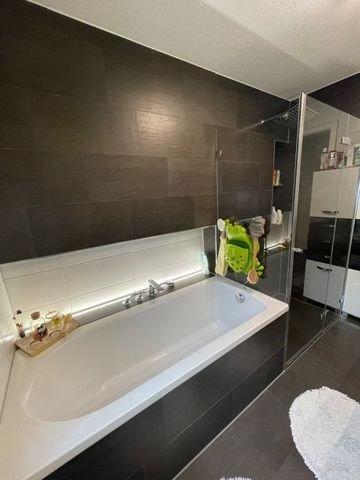 Badewanne & Echtglasdusche