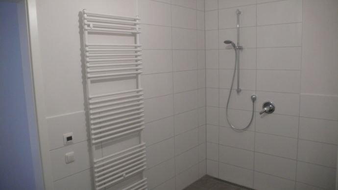 Bad mit bodentiefer Dusche (Ansicht 1)
