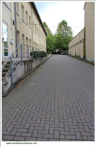 Zufahrt und seitliche Gebäudeansicht