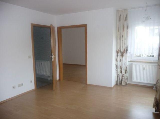 Wohnzimmer Blick z. Schlafzimmer links Bad