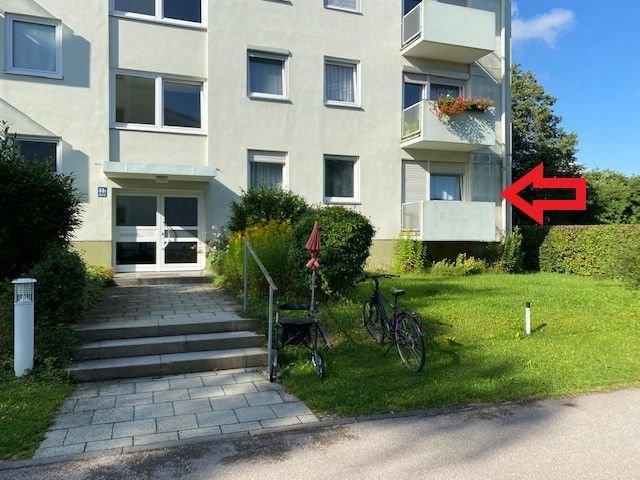 Hauseingang - rechts Wohnung im Hochparterre
