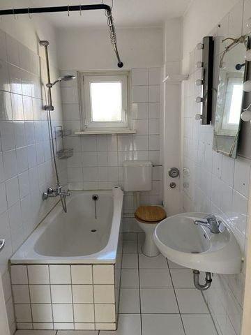 Das Badezimmer mit Wanne und Fenster