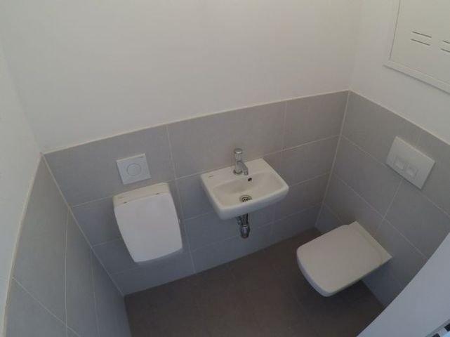 WC mit Urinal und Handwachbecken
