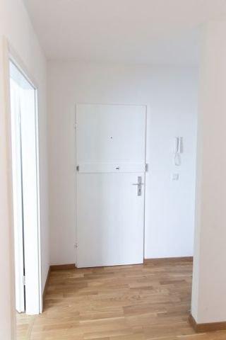 Bick zum Eingang mit Garderobe