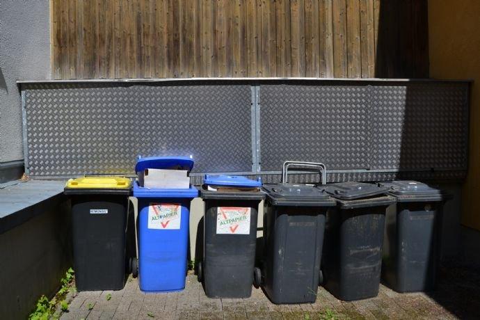 Hofbereich mit Mülltonnen - Papiertonnen - Fahrrad