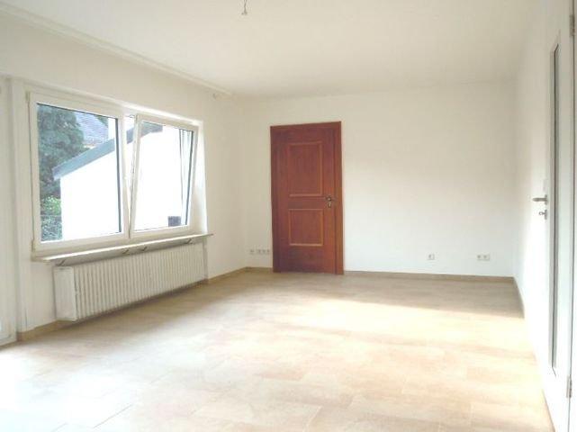 Wohnzimmer mit Tür zum Kaminzimmer