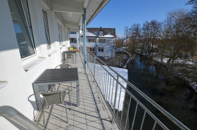 Überdachter Balkon direkt am Fluß