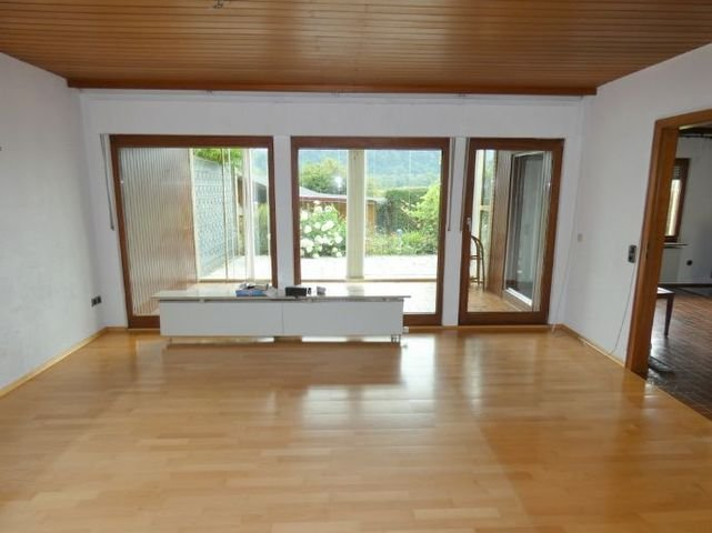 Wohnzimmer mit Wintergarten und Terrasse