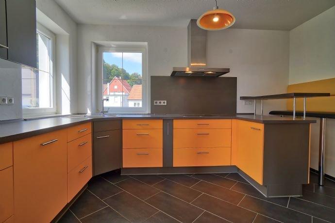 Küche mit Einbauküche und Tresen